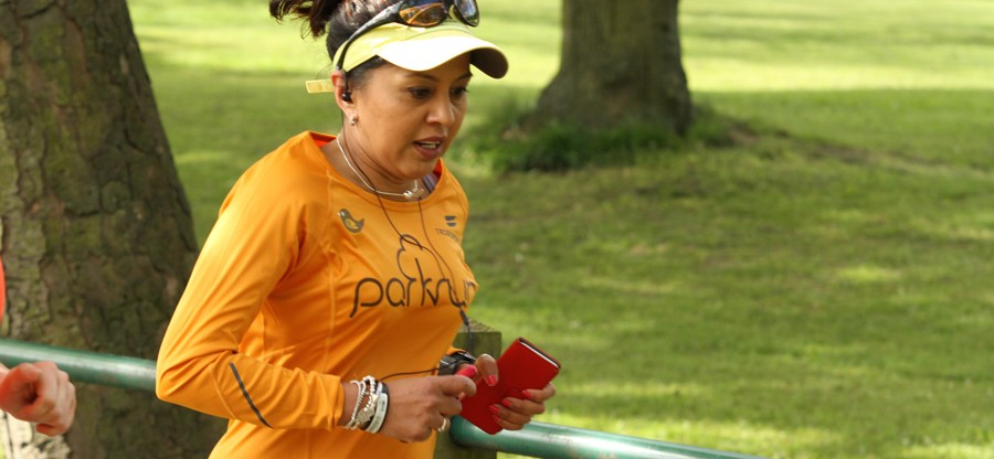 Jaz Bangerh running at Woodhouse Moor parkrun