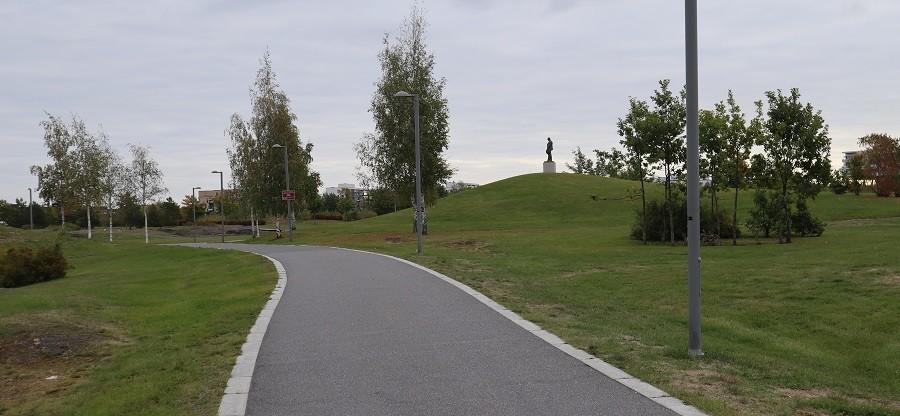 Inn i parken med Nansenstatue headaer