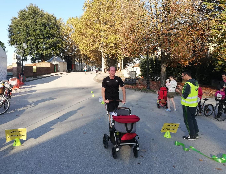 Paul con Hugo nel passeggino (già 6 parkrun in meno di 4 mesi... Sabato sarà per l'ultimo sabato in Italia e ha detto che andrà a Terme) ha chiuso sotto i 22 minuti